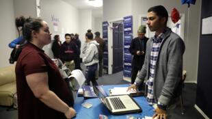 Những người tình nguyện chuẩn bị cho cuộc bỏ phiếu tại Iowa của đảng Dân Chủ.