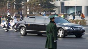 Đoàn xe hộ tống Kim Jong Un chạy trên đường phố trung tâm Bắc Kinh ngày 09/01/2019.