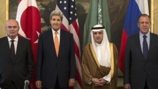 Os ministros dos Negócios Estrangeiros da Turquia, dos Estados Unidos, da Arábia Saudita e da Rússia em Viena, na Áustria.