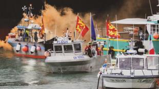 Des bateaux de pêche en mer au large des côtes de Jersey, le jeudi 6 mai 2021. Les pêcheurs français en colère à cause de la perte d'accès aux eaux, au large de leurs côtes, ont rassemblé leurs bateaux pour protester au large de l'île de Jersey, dans la Manche.