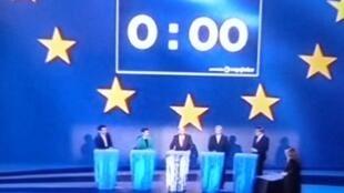 Candidatos aguardam começo do debate no Parlamento Europeu, em Bruxelas.