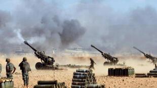 Soldados libaneses disparan cargas de artillería sobre Ras Baalbek, Líbano, el 17 de agosto de 2017.