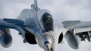 Ravitaillement en vol d'un chasseur «Rafale» de l'armée de l'air française.