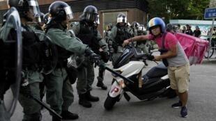با ادامه اعتراضات در هنگکنگ، پلیس این شهر این بار زودتر از معترضان وارد عمل شد تا از تظاهرات از پیش اعلامشده آنان در فرودگاه هنگکنگ جلوگیری کند.