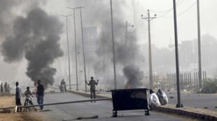 Unos 60 manifestantes murieron el 3 de junio en la dispersión de la sentada frente al cuartel general del Ejército en Jartum, afirmó el Comité Central de Médicos Sudaneses.