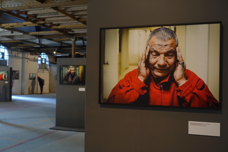 Fotos de pessoas que usam banhos públicos em Paris é tema de exposição em festival.