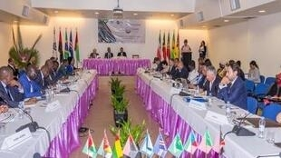 Chefes de Estado e de Governo da Comunidade dos Países de Língua Portuguesa (CPLP), reunido ordinariamente em Santa Maria, na Ilha do Sal, no dia 16 de julho de 2018