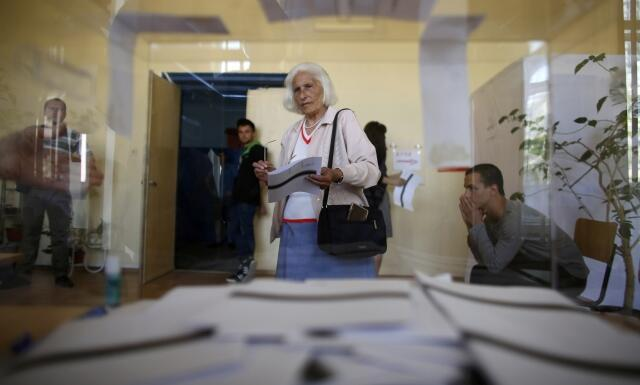 Eleitores votam em Sofia nas eleições legislativas deste domingo, 12 de maio de 2013.