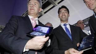 O ministro alemão da Economia, Philipp Roesler (2° à esq.), e o prefeito de Berlim (à esq.), Klaus Wowereit, testam tablets da Sony na IFA 2011.