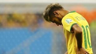 A l'image de son attaquant vedette Neymar -présent sur le banc de touche-, le Brésil sort de cette Coupe du monde 2014 la tête basse.