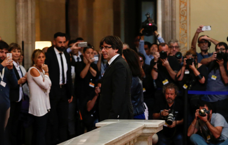 O presidente catalão, Carles Puigdemont, no parlamento a 27 de Outubro de 2017, para a proclamação da independência..