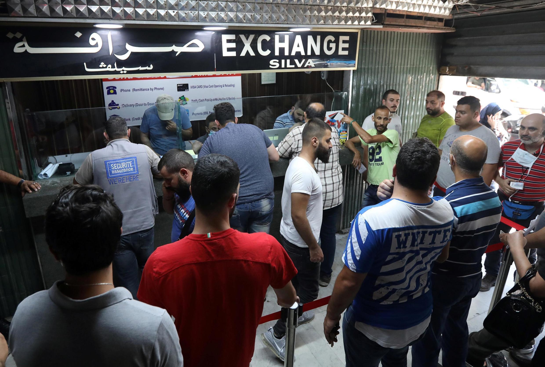 À Beyrouth, mercredi 17 juin, les gens ont fait la queue pour changer de l'argent.