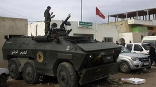 Blindé dans le quartier de Douar Hicher, dans la banlieue de Tunis où des affrontements ont opposé forces de sécurité et jeunes, mardi 30 octobre.