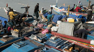 Des pêcheurs sénégalais dans le port de Bissau, le 12 février 2018 (image d'illustration).