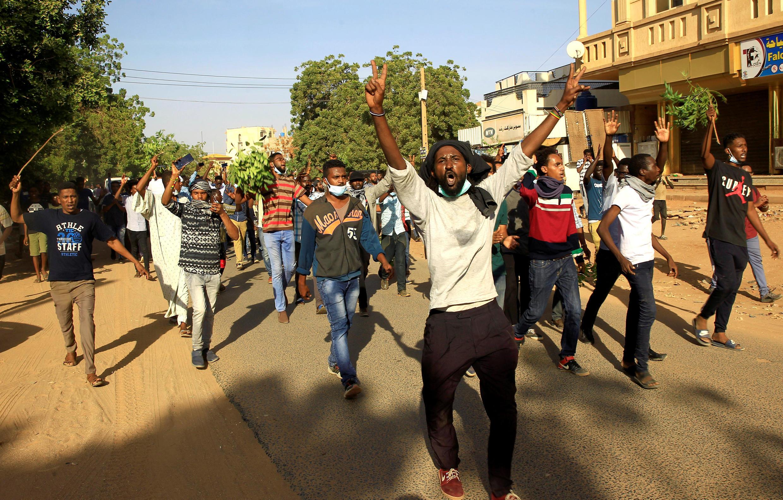 Manifestantes sudaneses nas ruas de Khartum durante as manifestações anti-governementais no dia  25 de Dezembro de 2018.