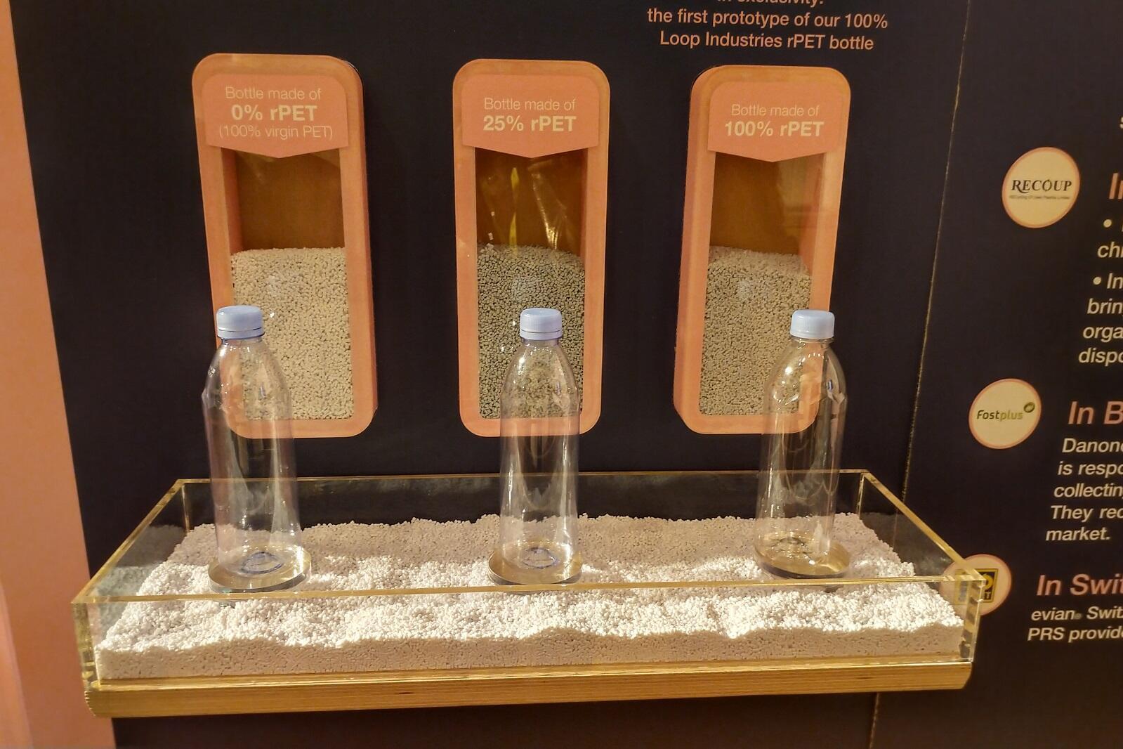 Botellas fabricadas con PET (plástico reciclado).