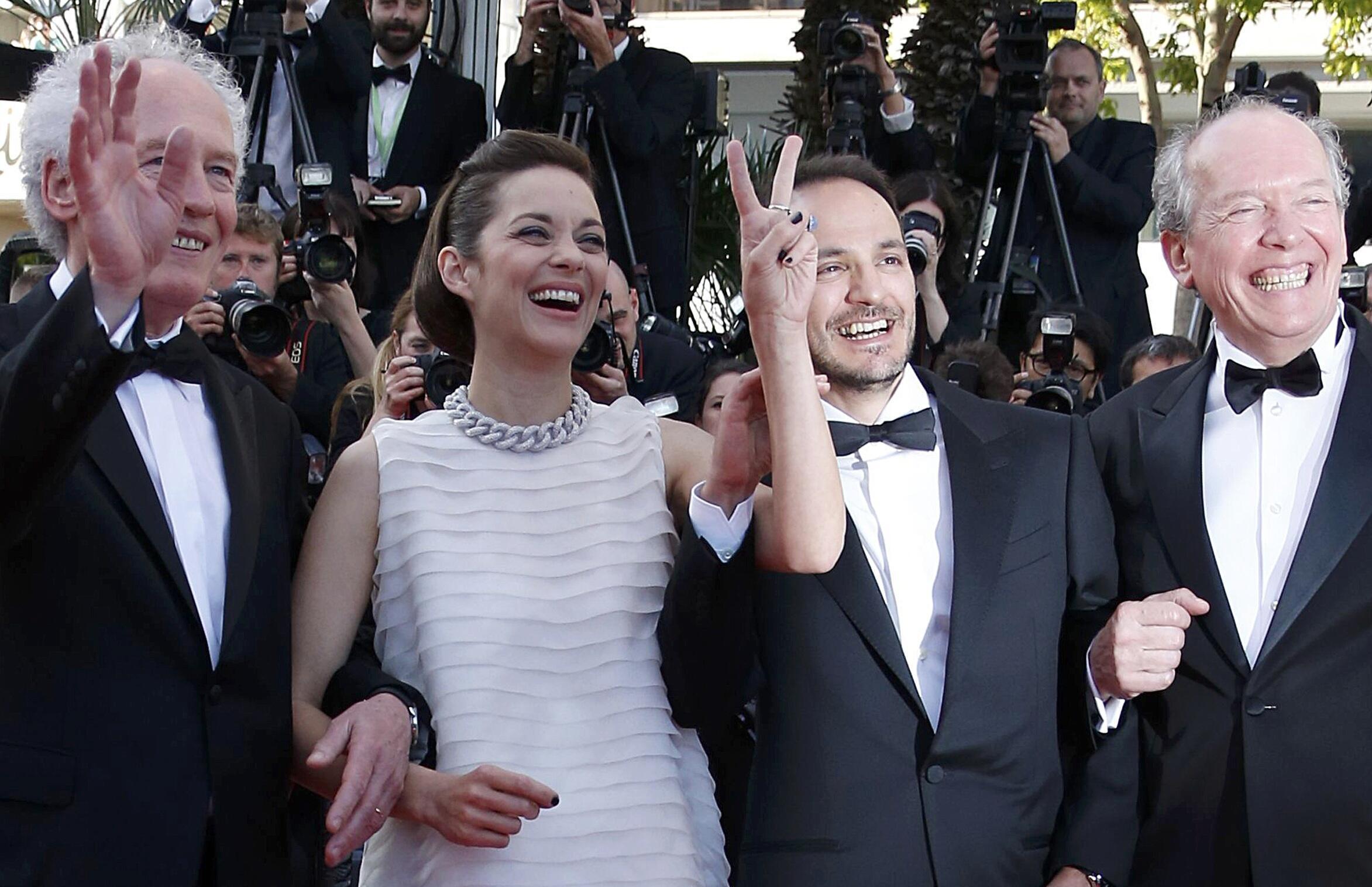 Жан-Пьер Дарденн (слева) и Люк Дарденн (справа) с актерами Марион Котийяр и Фабрицио Ронжьоне в Каннах