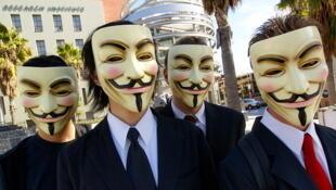 ក្រុម Anonymous មិនមែនត្រឹមតែធ្វើសកម្មភាពប្រឆាំងតាមអ៊ីនធ័រនែតប៉ុណ្ណោះទេ តែក៏ធ្លាប់ចេញធ្វើបាតុកម្មនៅទីសាធារណៈផងដែរ