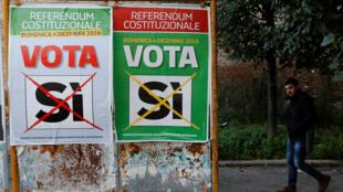 """Cartazes da campanha pelo """"sim"""" no referendo que deverá decidir se constituição italiana será ou não modificada."""