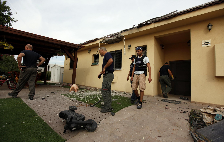 پلیس اسراییل در محل شلیک یکی از خمپاره ها