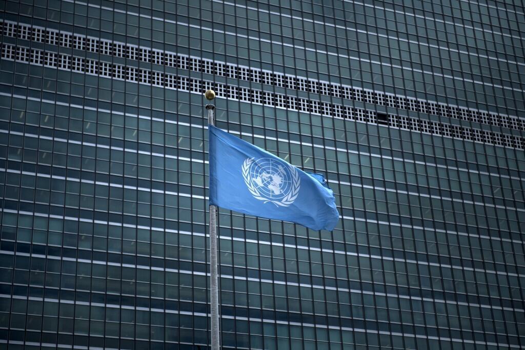 Флаг ООН перед зданием в Нью-Йорке.