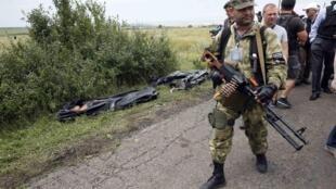 Пророссийские ополченцы в районе крушения лайнера, 19 июля 2014.