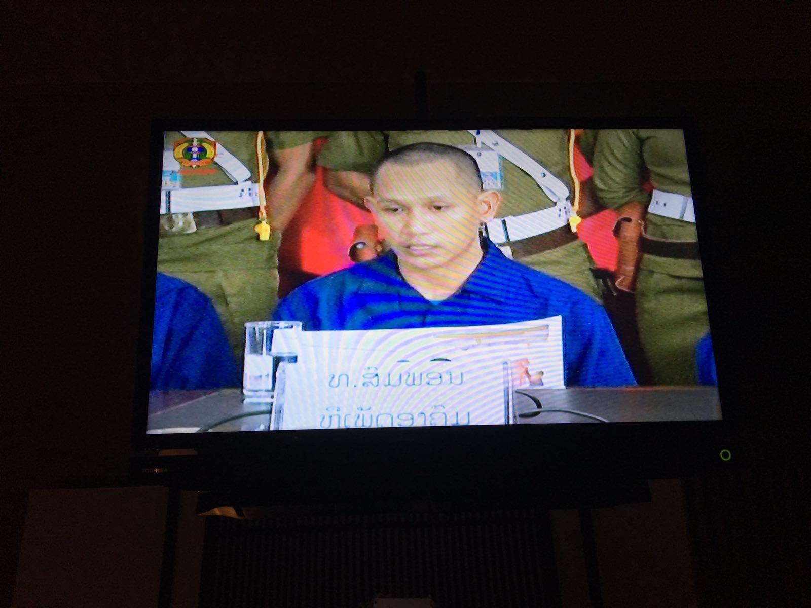 """Ảnh chụp màn hình buổi """"thú tội"""" công khai của ba công dân trẻ người Lào, người đọc là anh Somphone Phimmasone."""