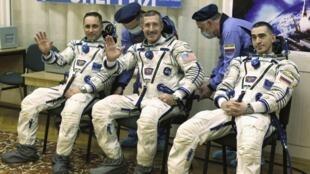 A equipe é composta pelos astronautas russos Anton Shkaplerov (e) e Anatoly Ivanishin (d), além do americano Daniel Burbank (c).