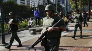 Gardes nationaux sur la place Altamira à Caracas, le17 Mars 2014.