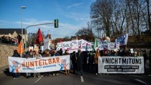 Milhares de manifestantes vão às ruas em estado alemão contra acordos com a extrema direita.