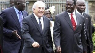 Le directeur exécutif de la FMI Dominique Strauss-Kahn (g) en compagnie du Premier ministre Raila Odinga à l'université de Nairobi, le 8 mars 2010.