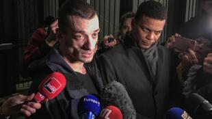 O artista russo Piotr Pavlenski conversou com a imprensa ao deixar o tribunal judiciário de Paris, nesta terça-feira (18).