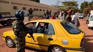 Un taxi contrôlé par un militaire dans les rues de Bangui. (Illustration).