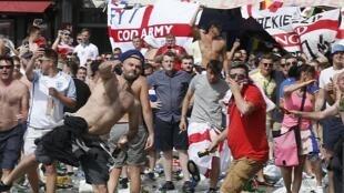 Des supporters anglais lancent des projectiles dans le Vieux-Port de Marseille avant le match Angleterre-Russie, le 11 juin 2016.