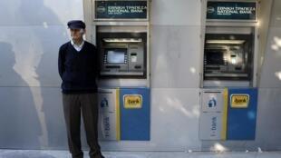 Un retraité attend devant la Banque nationale de Grèce dans l'espoir de toucher sa pension (photo d'illustration).