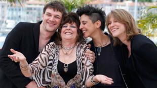 Samuel Theis (G),co-directeur, Marie Amachoukeli (2eD) et Claire Burger (D) posent avec Angelique Litzenburger pour le film «Party girl».