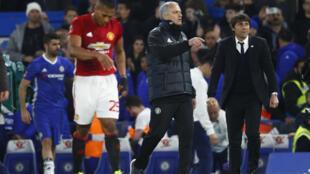 A droite: José Mourinho (entraîneur de Manchester U) et Antonio Conte (entraîneur de Chelsea) après le match, le lundi 13 mars 2017.