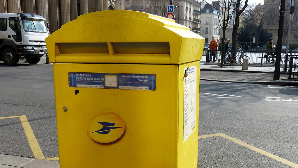 Biểu tượng của ngành bưu điện Pháp : Thùng thư màu vàng có cánh thư gấp màu xanh - Lidwien Van Dixhoorn