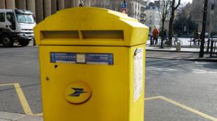 Un buzón de correo en las calles de París.