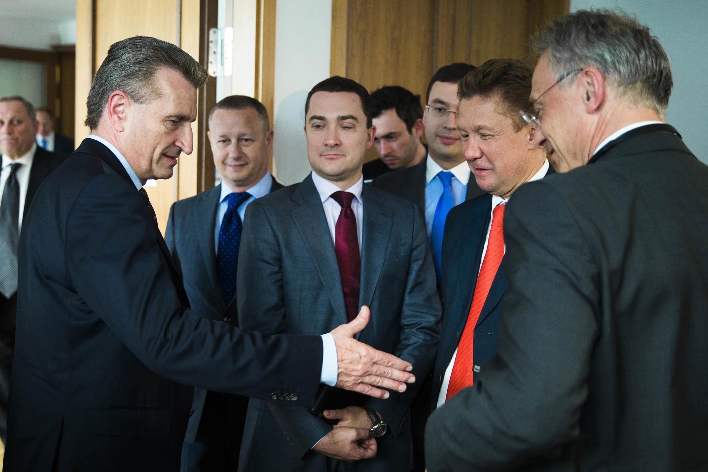 """Еврокомиссар по энергетике Гюнтер Оттингер пожимает руку руководителю """"Газпрома"""" Алексею Миллеру, Берлин, 30 мая 2014 г."""