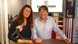 La abogada parisina Irene Martinez-Mulero con Jordi Batalle después de la grabación de El invitado de RFI.