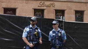 Segurança reforçada na Praça Martin de Sydney, em frente ao café onde ocorreu o sequestro de segunda-feira (15).