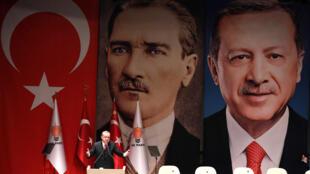 Le président turc Recep Tayyip Erdogan lors d'un discours à Ankara, le 17 novembre 2017. Derrière lui, un tableau de Mustapha Kemal, le père de la Turquie moderne. Il en revendique l'héritage désormais.