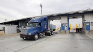 Un camionneur passe par de nouvelles cabines d'inspection pour le trafic commercial en direction du nord vers les États-Unis en provenance du Mexique au World Trade Bridge, à Laredo au Texas. Vendredi 6 mai 2011.