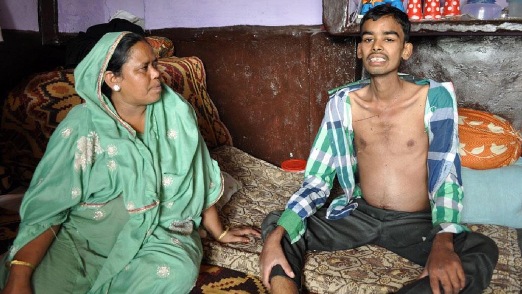 Rehana Bee et son fils Javed, 24 ans, est atteint d'une infection grave des poumons, peut à peine parler et se tenir assis. Ses reins sont touchés également... Sûrement à cause de l'eau contaminée. Il est décédé une semaine après la prise de cette photo.