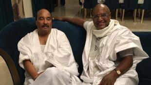 L'ex-président mauritanien (à gauche) n'est plus en détention. Ici chez lui en compagnie de son avocat, maître Takioullah Eidda.