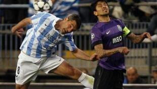 O francês Toulalan em disputa com Lucho González no Málaga-Porto a contar para oitavos de final da Liga dos Campões, 13/03/13