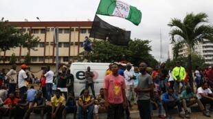 Des manifestants rassemblés dans une rue de Lagos, en dépit du couvre-feu, le mardi 20 octobre 2020.