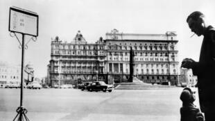 Памятник основателю ВЧК Феликсу Дзержинскому у здания КГБ на Лубянке, фото 21 сентября 1964 года