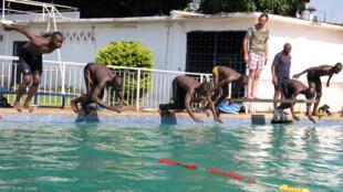 Le capitaine de La Chapelle donne le départ pour une longueur de nage libre, dans la piscine du Rock Club, le 19 juillet 2019.